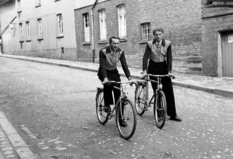 ARH NL Dierssen 0163/0008, 2 Brüder mit Fahrrad, 1949
