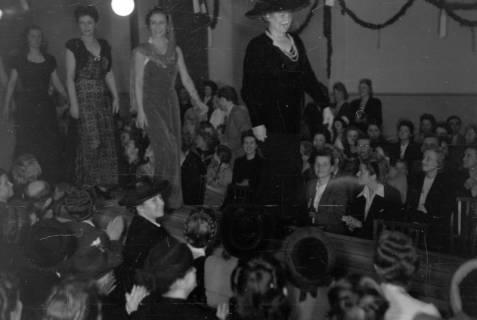 ARH NL Dierssen 0167/0009, Schaufrisieren und Modenschau, 1949