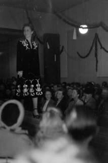 ARH NL Dierssen 0167/0012, Schaufrisieren und Modenschau, 1949