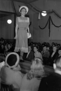 ARH NL Dierssen 0167/0019, Schaufrisieren und Modenschau, 1949