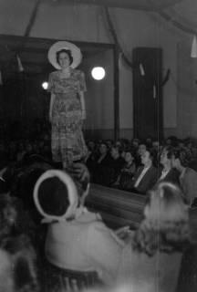 ARH NL Dierssen 0167/0021, Schaufrisieren und Modenschau, 1949