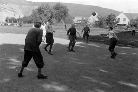 ARH NL Dierssen 0171/0001, Forstarbeiter spielen Fußball, 1949
