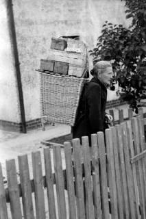 ARH NL Dierssen 0175/0027, Kiepenfrau mit Erdbeeren, 1949