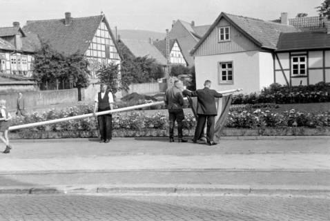 ARH NL Dierssen 0182/0008, Fahnenmast vor dem Rathaus, 1949