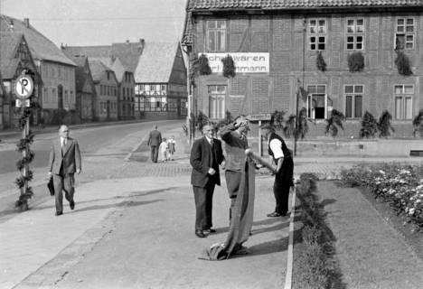 ARH NL Dierssen 0182/0009, Fahnenmast vor dem Rathaus, 1949
