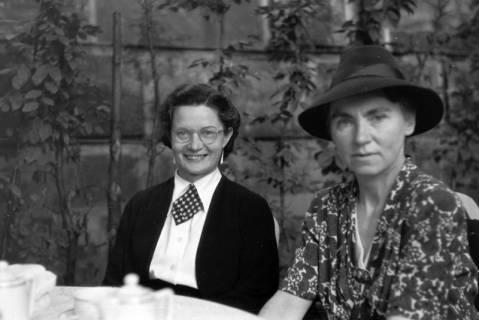 ARH NL Dierssen 0198/0019, Lotti Schulz und Mutter von Dierssen, 1949