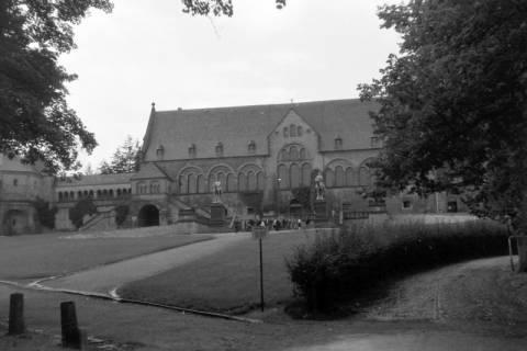 ARH NL Dierssen 0200/0003, Polizei-Ausflug: Kaiserpfalz (Mitte und rechts) mit der Pfalzkapelle St. Ulrich (links), 1949