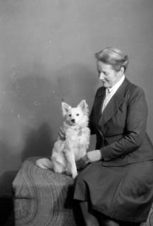 ARH NL Dierssen 0222/0001, Frau Schaper mit Spitz, 1949