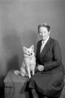 ARH NL Dierssen 0222/0002, Frau Schaper mit Spitz, 1949