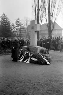 ARH NL Dierssen 1008/0011, Volkstrauertag - Feierstunde auf dem Springer Friedhof, 1950