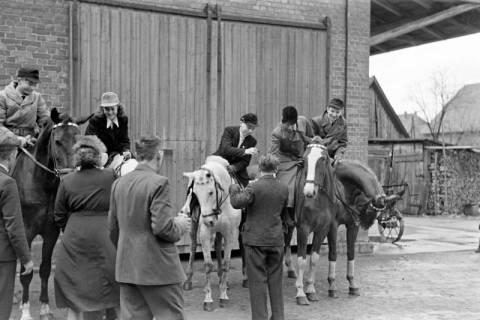 ARH NL Dierssen 1014/0003, Konfirmation (Reitverein bei Landrat Woltmann), 1950
