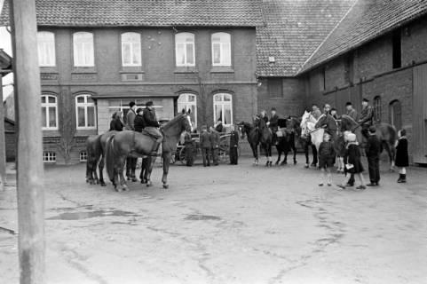 ARH NL Dierssen 1014/0004, Konfirmation (Reitverein bei Landrat Woltmann), 1950