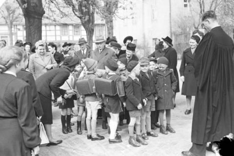 ARH NL Dierssen 1017/0011, Umzug der Schulanfänger, 1950