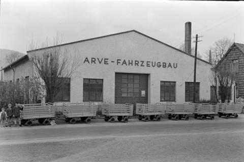ARH NL Dierssen 1020/0001, Produktionsgebäude von Arve-Fahrzeugbau, im Vordergrund Postkarren, 1950