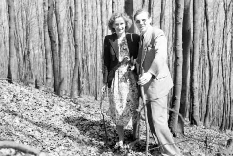 ARH NL Dierssen 1021/0012, Gerhard Dierssen mit Freundin am Ebersberg (Deister), 1950