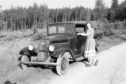 ARH NL Dierssen 1028/0017, Freundin von Gerhard Dierssen mit Auto, 1950