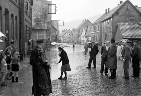 ARH NL Dierssen 1029/0001, Hochwasser in der Echternstraße, Springe, 1950