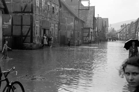 ARH NL Dierssen 1029/0002, Hochwasser in der Echternstraße, Springe, 1950