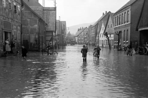 ARH NL Dierssen 1029/0003, Hochwasser in der Echternstraße, Springe, 1950