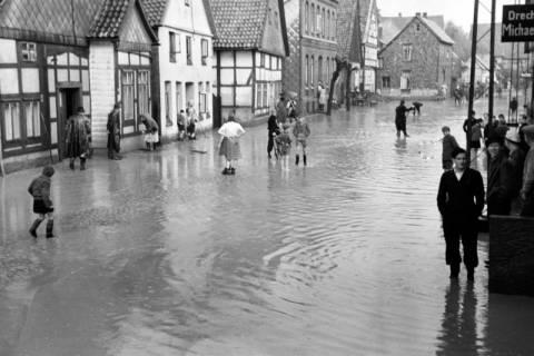 ARH NL Dierssen 1029/0004, Hochwasser in der Echternstraße, Springe, 1950