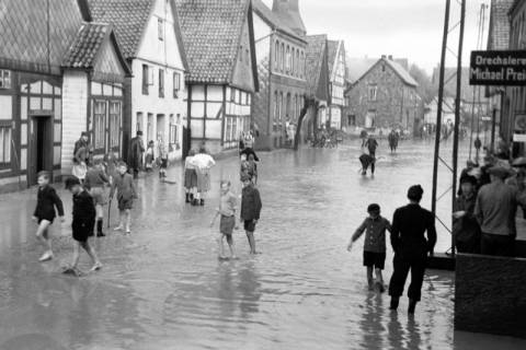 ARH NL Dierssen 1029/0005, Hochwasser in der Echternstraße, Springe, 1950