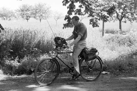 ARH NL Dierssen 1034/0005, Radfahrer mit Radio, 1950