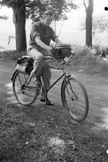 ARH NL Dierssen 1034/0007, Radfahrer mit Radio, 1950