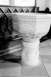 ARH NL Dierssen 1035/0005, Taufstein in der St. Dionysius Kirche, Adensen, 1950