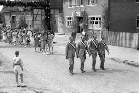 ARH NL Dierssen 1043/0007, Kinderumzug auf dem Sängerfest, Gestorf, 1950