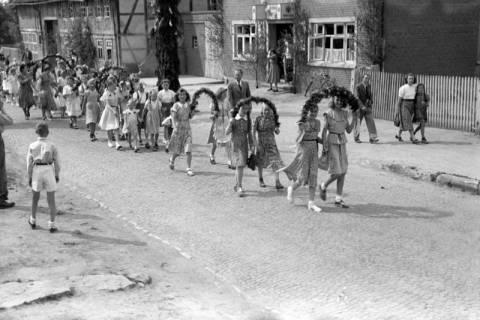 ARH NL Dierssen 1043/0008, Kinderumzug auf dem Sängerfest, Gestorf, 1950