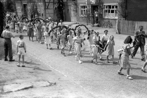 ARH NL Dierssen 1043/0009, Kinderumzug auf dem Sängerfest, Gestorf, 1950