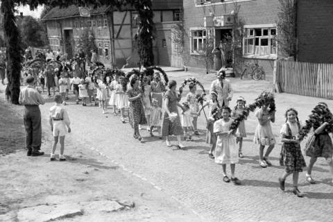 ARH NL Dierssen 1043/0010, Kinderumzug auf dem Sängerfest, Gestorf, 1950