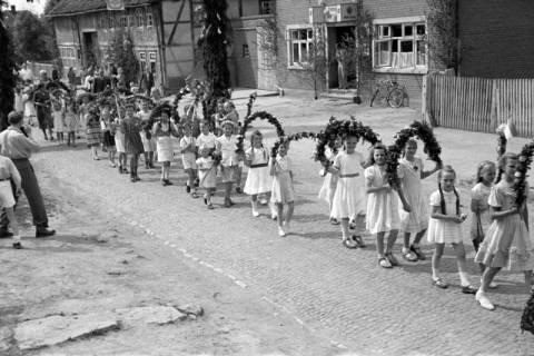 ARH NL Dierssen 1043/0011, Kinderumzug auf dem Sängerfest, Gestorf, 1950