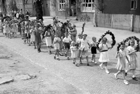 ARH NL Dierssen 1043/0012, Kinderumzug auf dem Sängerfest, Gestorf, 1950