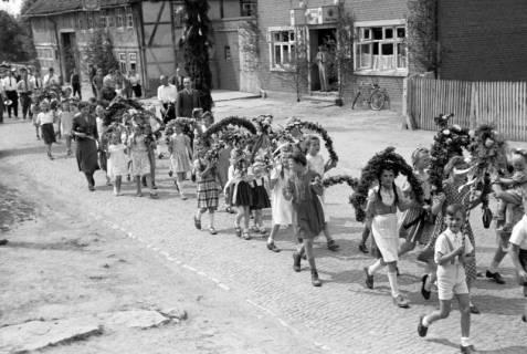 ARH NL Dierssen 1043/0013, Kinderumzug auf dem Sängerfest, Gestorf, 1950