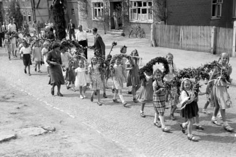 ARH NL Dierssen 1043/0014, Kinderumzug auf dem Sängerfest, Gestorf, 1950