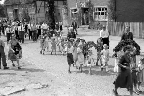 ARH NL Dierssen 1043/0015, Kinderumzug auf dem Sängerfest, Gestorf, 1950