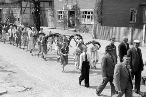 ARH NL Dierssen 1043/0016, Kinderumzug auf dem Sängerfest, Gestorf, 1950