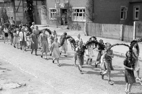 ARH NL Dierssen 1043/0017, Kinderumzug auf dem Sängerfest, Gestorf, 1950