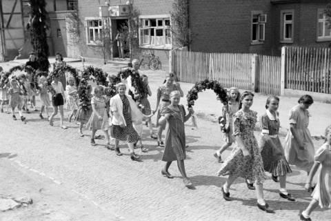 ARH NL Dierssen 1043/0018, Kinderumzug auf dem Sängerfest, Gestorf, 1950