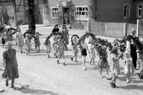 ARH NL Dierssen 1043/0019, Kinderumzug auf dem Sängerfest, Gestorf, 1950