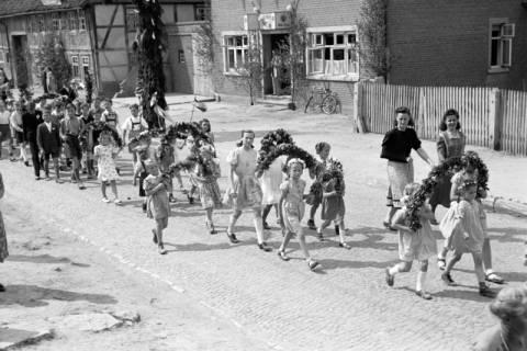 ARH NL Dierssen 1043/0020, Kinderumzug auf dem Sängerfest, Gestorf, 1950
