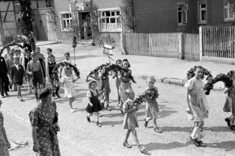 ARH NL Dierssen 1043/0021, Kinderumzug auf dem Sängerfest, Gestorf, 1950