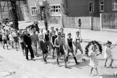 ARH NL Dierssen 1043/0022, Kinderumzug auf dem Sängerfest, Gestorf, 1950