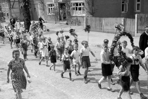 ARH NL Dierssen 1043/0023, Kinderumzug auf dem Sängerfest, Gestorf, 1950