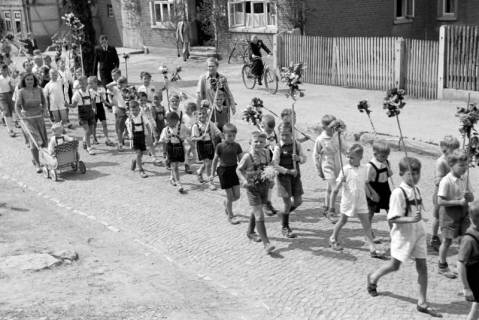 ARH NL Dierssen 1043/0024, Kinderumzug auf dem Sängerfest, Gestorf, 1950