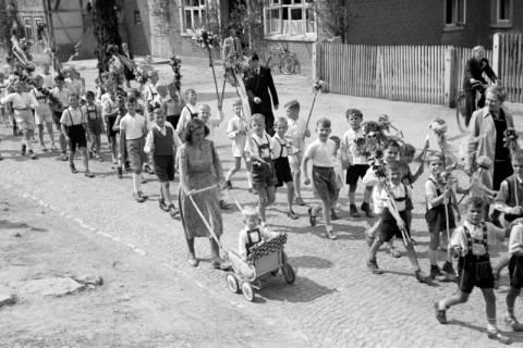 ARH NL Dierssen 1043/0025, Kinderumzug auf dem Sängerfest, Gestorf, 1950
