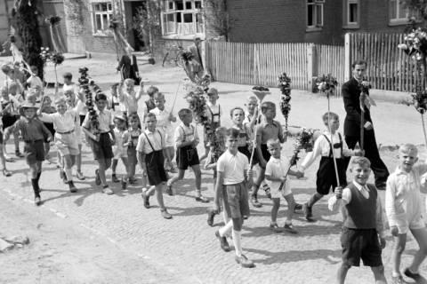 ARH NL Dierssen 1043/0026, Kinderumzug auf dem Sängerfest, Gestorf, 1950