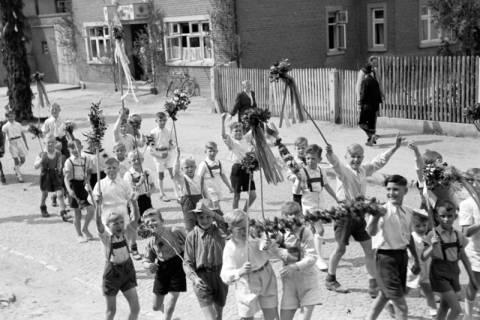 ARH NL Dierssen 1043/0027, Kinderumzug auf dem Sängerfest, Gestorf, 1950