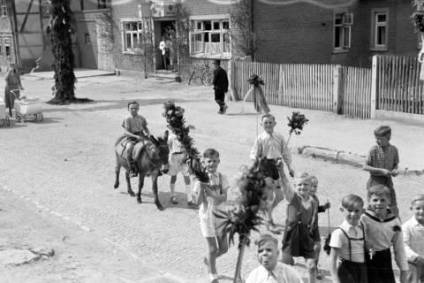 ARH NL Dierssen 1043/0028, Kinderumzug auf dem Sängerfest, Gestorf, 1950